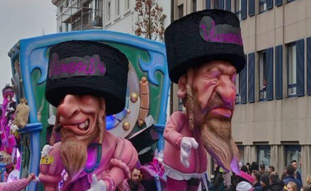 בובות אנטישמיות במצעד בבלגיה, היום (צילום: חדשות)
