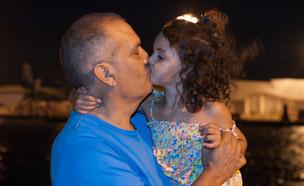 סבא מנשק נכדה (אילוסטרציה: kateafter | Shutterstock.com )