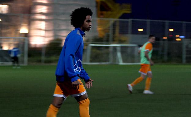 ילדי הזרים שחולמים על כדורגל (צילום: החדשות)