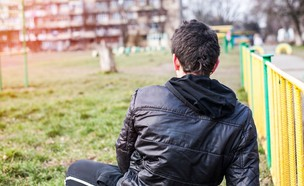 נער בודד (צילום: shutterstock)