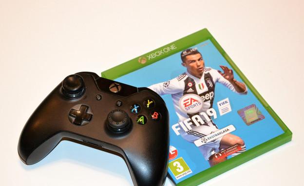 שלט ומשחק Xbox (צילום: PaulSat, ShutterStock)