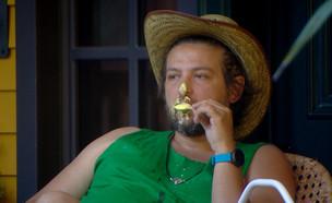 """דניאל אוכל ארטיק (צילום: מתוך """"2025"""", קשת 12)"""