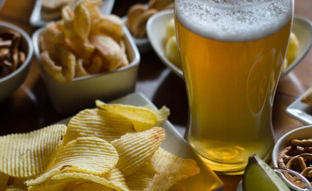 בירה וצ'יפס (צילום: shutterstock | Q77photo)
