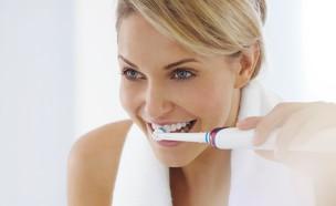 """מצחצחת שיניים עם Oral-B Genius (צילום: יח""""צ Oral-B)"""