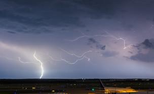ברקים בשדה התעופה (צילום:  Joseph Gruber, shutterstock)