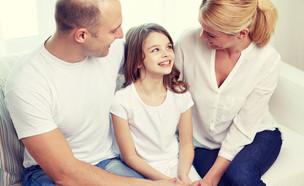 הורים עם ילדה (צילום: shutterstock By Syda Productions)