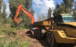 מפרקים את הסכר הזמני שהוקם מול קיבוץ דגניה (צילום: החדשות)