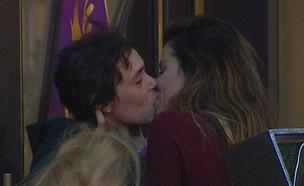 """נשיקה בין סיגל להודיה  (צילום: מתוך """"2025"""", שידורי קשת)"""