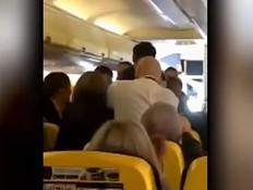 מכות בטיסת ריינאייר (צילום: יוטיוב)