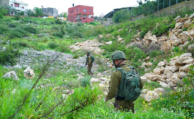 """סריקות אחר המחבלים בכפר הסמוך (צילום: דובר צה""""ל, חדשות)"""
