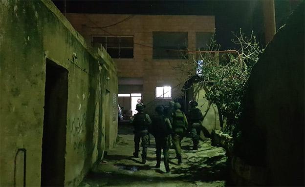 """הכוחות מחות לבית המחבל (צילום: דובר צה""""ל)"""
