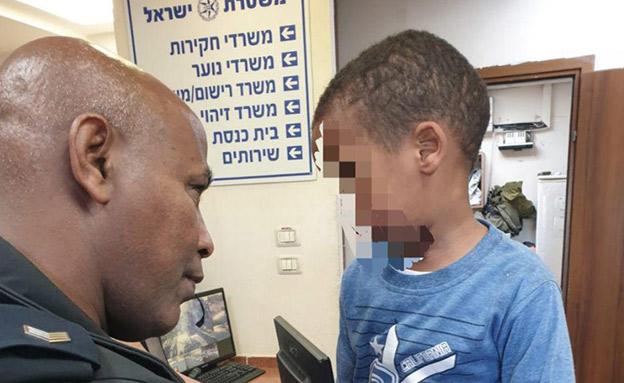 שוטר ממשטרת חדרה עם הילד (צילום: דוברות המשטרה, חדשות)