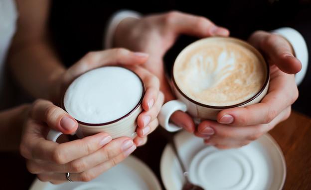 ידיים מחזיקות קפה (צילום:  Siberian spring, shutterstock)