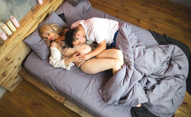 אישה בהיריון ובן זוגה במיטה (אילוסטרציה: By Dafna A.meron, shutterstock)
