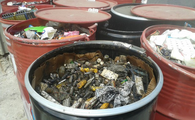 איסוף סוללות במרכז איסוף (צילום: תאגיד מ.א.י למיחזור פסולת אלקטרונית לישראל)