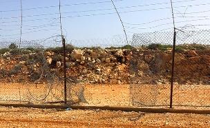 חורים בגדר הבטחון (צילום: מועצת דרום השרון, חדשות)