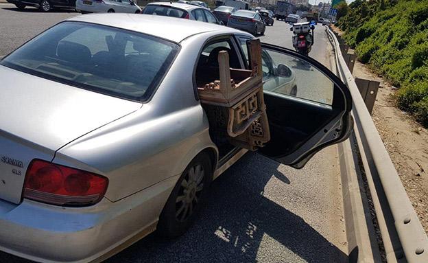 תיעוד הרכב והספסל שבולט ממנו (צילום: דוברות המשטרה, חדשות)