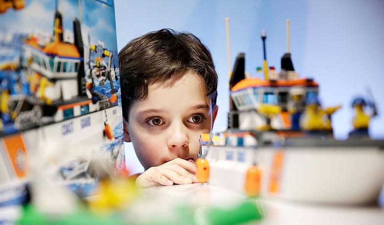 ילד אנגלי משחק עם לגו (צילום: Matthew Lloyd, Getty Images)