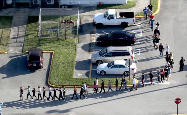 התלמידים מובלים מתוך בית הספר, (ארכיון) (צילום: AP, חדשות)