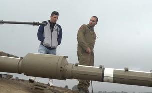 """לוחמי שריון לקחו מלש""""בים לסיבוב בטנק (צילום: יחסי ציבור, באדיבות גרעיני החיילים)"""
