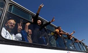 אסרים פלסטינים משוחררים (צילום: AP, חדשות)