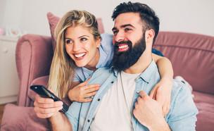 זוג רואה טלוויזיה (צילום: shutterstock By Jelena Danilovic)