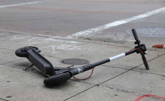 אילוסטרציה: קורקינט מושלך על הרצפה (צילום: EddieHernandezPhotography, ShutterStock)