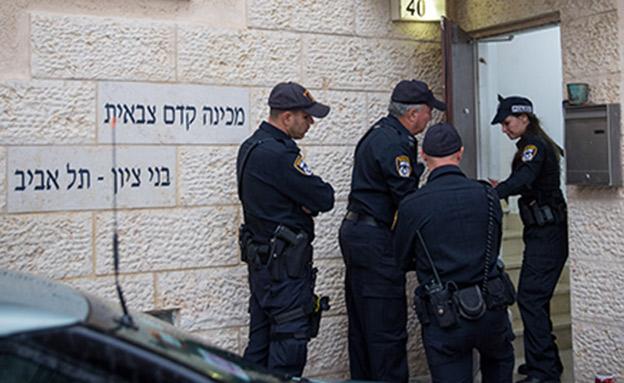 שוטרים במכינת בני ציון (צילום: Miriam Alster/Flash90, חדשות)