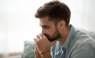 גבר עצוב (צילום: By fizkes, Shutterstock)
