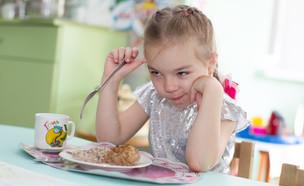 ילדה אוכלת ארוחת צהריים בגן ילדים (אילוסטרציה: By Dafna A.meron, shutterstock)