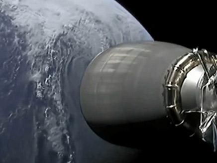 החללית על רקע כדו