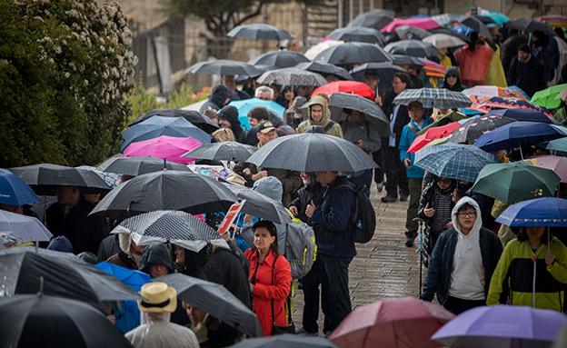 גשם, מטריה בירושלים (צילום: יונתן זינדל, פלאש 90, חדשות)