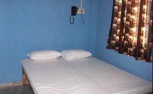מיטה בהודו (צילום: Shreehareramaharekrishna Guesthouse, Youtube)