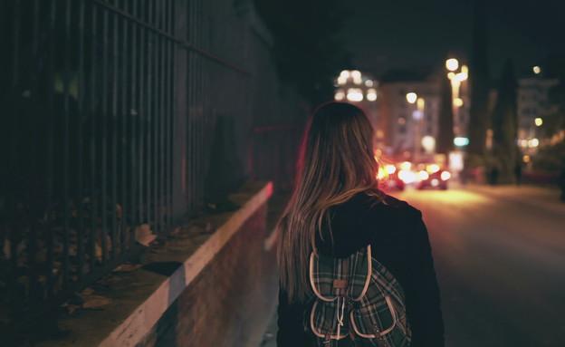 אישה הולכת לבד ברחוב (צילום: KeyStock, shutterstock)