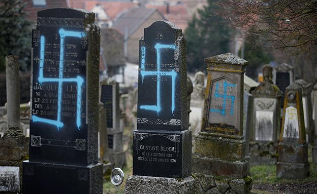 השחתת מצבות בבית עלמין בצרפת צלב קרס, ארכיון (צילום: רויטרס, חדשות)