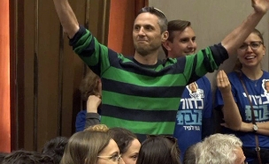 פעיל פוליטי שהתקיל את בני גנץ בכנס בחירות (צילום: החדשות)