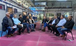 צפו: כשאסירים וסוהרים נפגשו ללא מחיצה (צילום: החדשות)