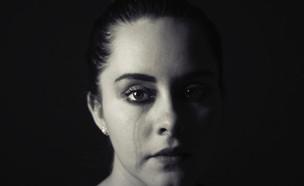 אישה עצובה  (צילום:  Cristian Newman/ Unsplash)