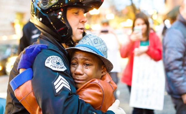 אחד הילדים  בהפגנת BLACKLIFEMATTERS (צילום: CNN, חדשות)