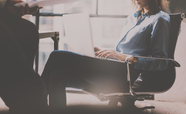 אישה במשרד (צילום: shutterstock | SFIO CRACHO)
