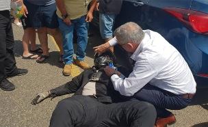 גנץ מסייע לפצוע בתאונה, היום (צילום: המייל האדום, חדשות 12)
