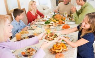 ארוחה משפחתית (צילום: Monkey Business Images, Istock)
