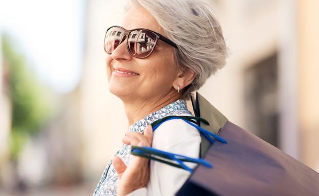 אישה מבוגרת בקניות (אילוסטרציה: By Dafna A.meron, shutterstock)
