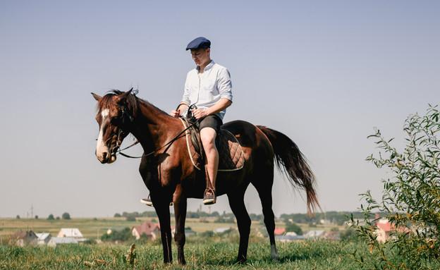 אדם רוכב על סוס, אילוסטרציה (צילום: Shutterstock)