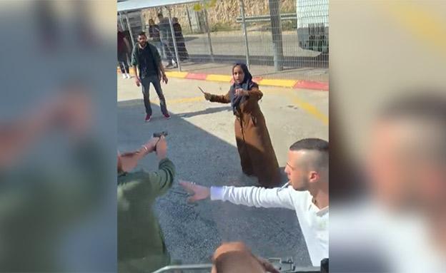 פלסטינית עם סכין שנוטרלה במחסום במזרח ירושלים (צילום: חדשות)