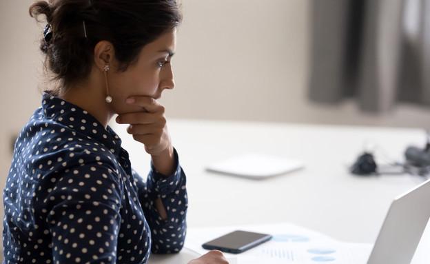 עובדת המומה במשרד (צילום: kateafter | Shutterstock.com )
