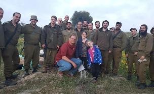 צפו: בת מצווה עם החיילים (צילום: באדיבות המשפחה, חדשות)