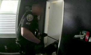 השוטרים שהסתערו על שואב האבק (צילום: חדשות)