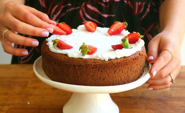 """עוגת שוקולד עם הפתעה בריאה לפסח (צילום: אריאל ברי בן חמו, הבלוג """"בריאלי - אופים בריא יותר"""")"""