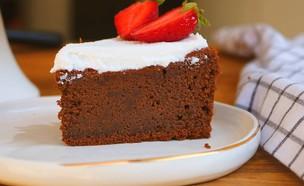 """עוגת שוקולד עם הפתעה בריאה לפסח - פרוסה (צילום: אריאל ברי בן חמו, הבלוג """"בריאלי - אופים בריא יותר"""")"""